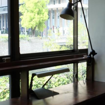 SOUPの窓辺のランプグラとペリアンのデスクランプ