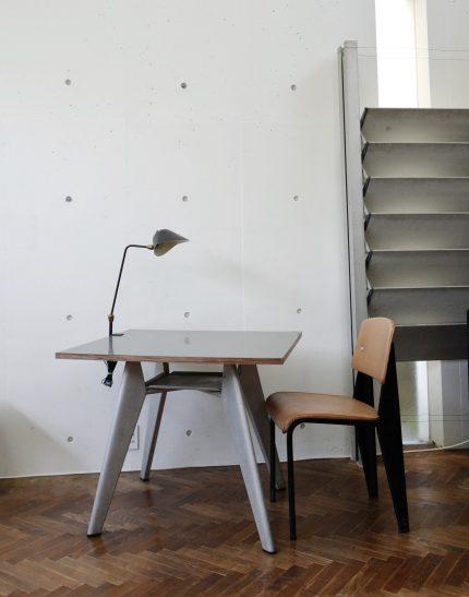 ジャンプルーヴェのカフェテリアテーブルとスタンダードチェアとセルジュムーユのランプ ジャンプルーヴェのサンシャッター
