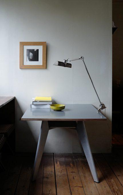 ジャンプルーヴェのカフェテリアテーブルとランプグラ