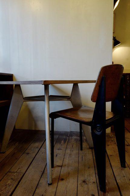 ジャンプルーヴェのカフェテリアテーブルとカフェテリアチェア