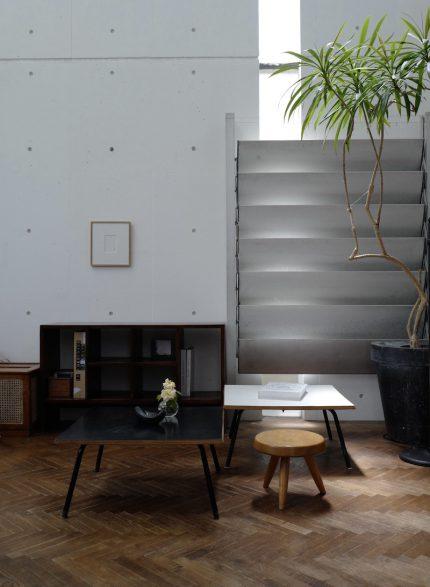 シャルロットペリアンのローテーブルとベルジェのスツール ピエールジャンヌレのシックスホールファイルラック ジャン・プルーヴェのサンシャッター
